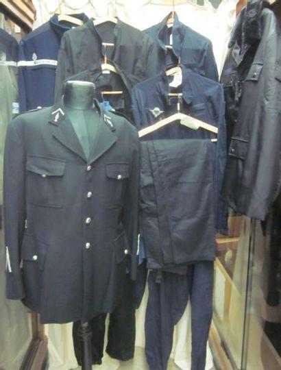 Lot comprenant des vestes, blousons ou combinaisons...