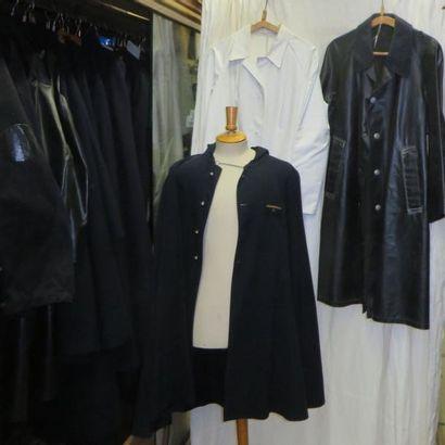 Une vingtaine de capes, manteaux ou imperméables...