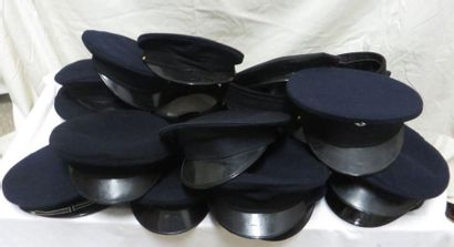 Un lot de casquettes noires et bleues en...