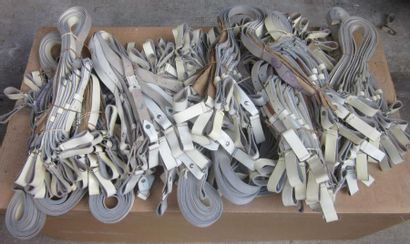 Fort lot de baudriers en cuir blanc.