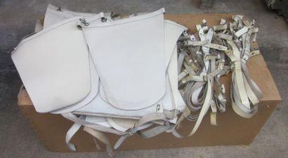 Lot de tabliers de tambour en cuir blanc....