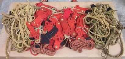 Une centaine d'éléments divers dont épaulettes...