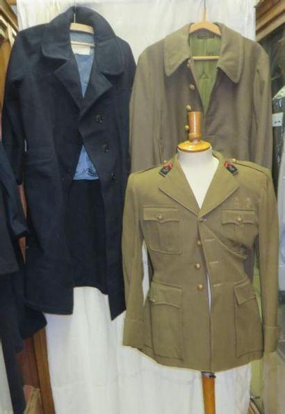 Lot de capotes et de vestes kakis de l'Armée...