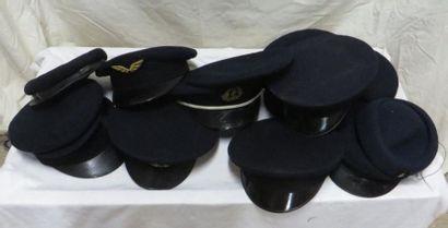 Une douzaine de casquettes bleu-marine en...