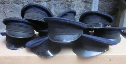 Fort lot de casquettes bleu-marine.