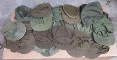Une trentaine de casquettes militaires, dont...