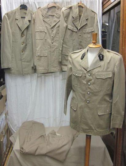 Lot d'uniformes beiges de gendarme en laine...