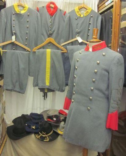 Lot d'uniformes et casquettes