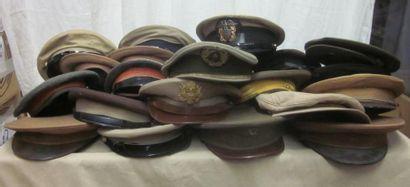 Une vingtaine de casquettes militaires beiges...