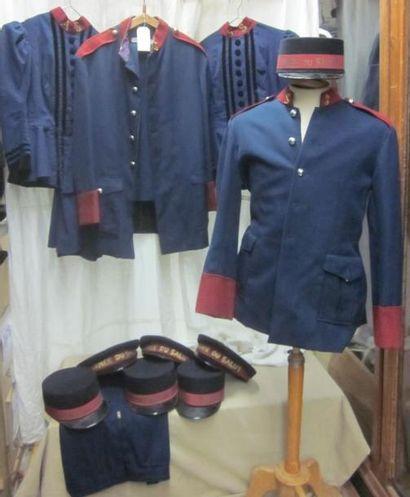 Lot d'uniformes et casquettes de l'Armée...