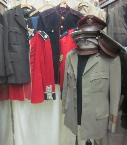 Lot de vestes d'uniformes et casquettes des...