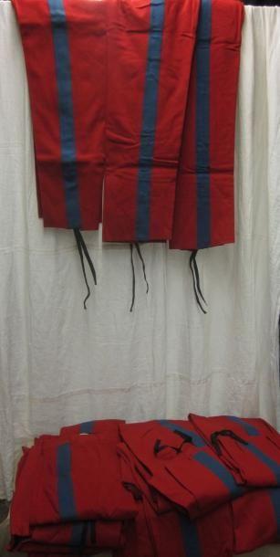 Une trentaine de pantalons rouges à bande...