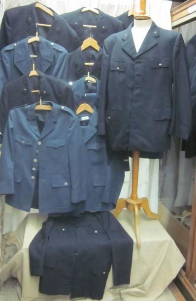 Six uniformes de gardien de prison. On joint...