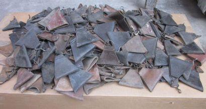 Environ trois cents triangles de suspensions...