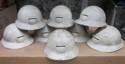 Une vingtaine de casques de mineur en tô...