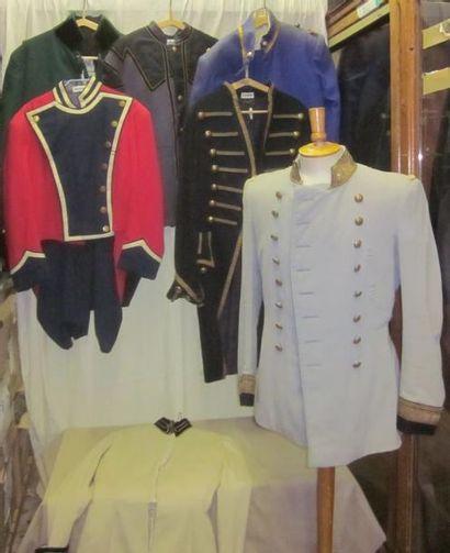 Un lot de vestes, gilets ou pantalons militaires...