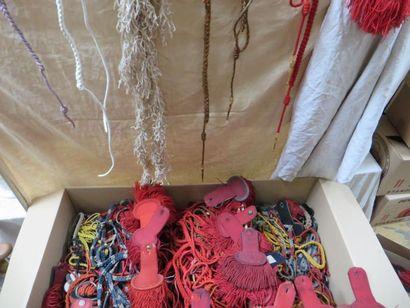 Fort lot de fourragères et paires d'épaulettes...