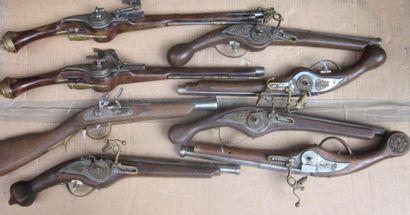 Lot de huit pistolets pour le théâtre dont...