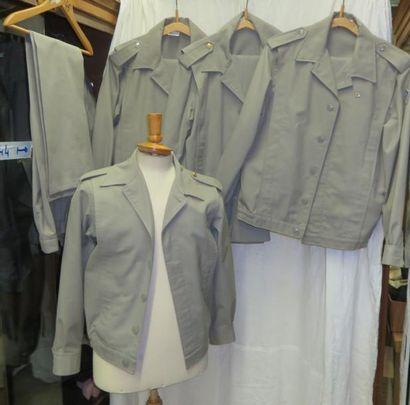 Une douzaine d'uniformes de l'Armée, Terre...