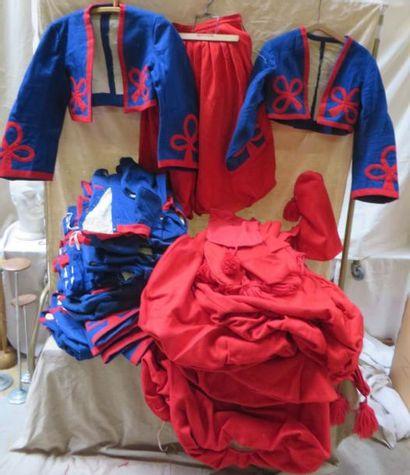 Lot d'uniformes de zouaves en feutrine, on joint des bonnets et des guêtres.