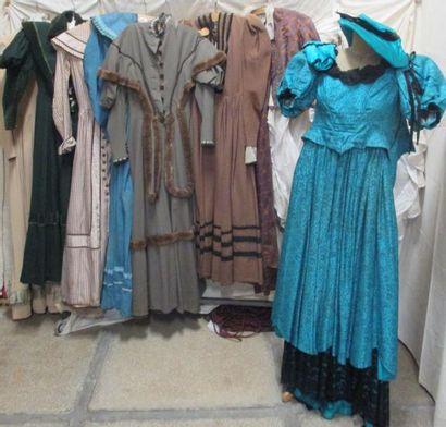 Huit robes et trois crinolines pour femme, style Second Empire - 1850. Matières:...