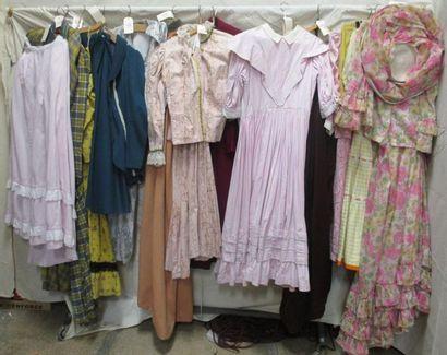 Seize ensembles pour femme, style fin XIXe...