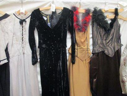 Onze pièces dont robes, ensembles ou jupes pour femme, style fin XIXe - début XXe....
