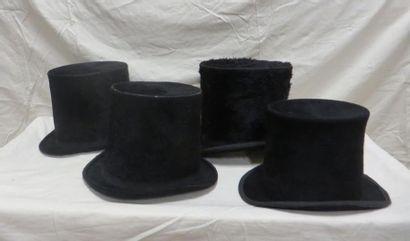 Quatre hauts-de-forme à poils pour homme, style fin XIXe.