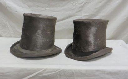 Deux hauts-de-forme à poils gris pour homme,...