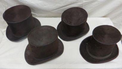 Quatre hauts-de-forme à poils marron pour homme, style fin XIXe.