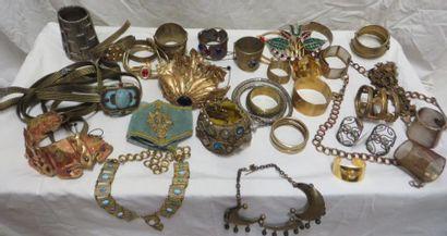 Un ensemble de bijoux de style Antique, Romain,...
