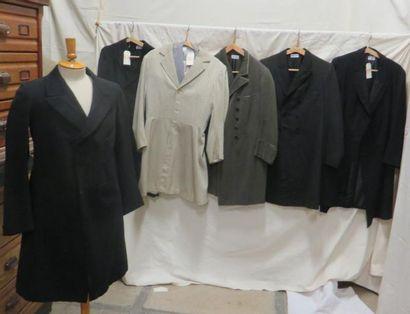 Cinq redingotes et un costume complet pour...