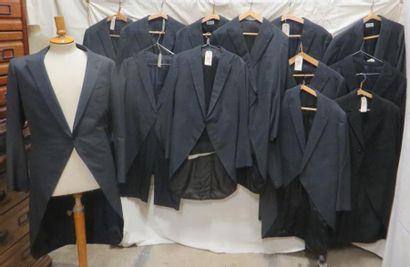 Treize vestes d'habit pour homme, style début...