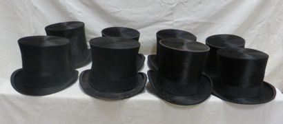 Huit hauts-de-forme à poils noirs pour homme,...