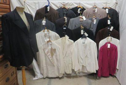 Une vingtaine de vestes ou costumes pour...