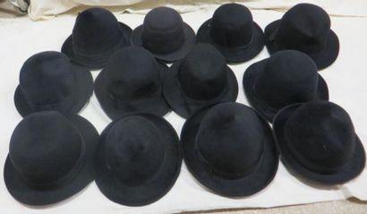 Douze feutres noirs pour homme, style XXe...