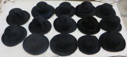 Quatorze feutres noirs pour homme, style...