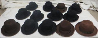 Treize feutres marron et noirs pour homme,...