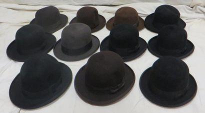 Onze feutres marron et noirs pour homme,...