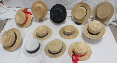 Douze canotiers en paille pour homme, style...