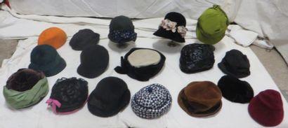 Seize chapeaux pour femme, style début XXe....