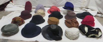 Dix-neuf chapeaux pour femme, style début...