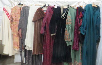 Une dizaine de tuniques, manteaux ou capes...