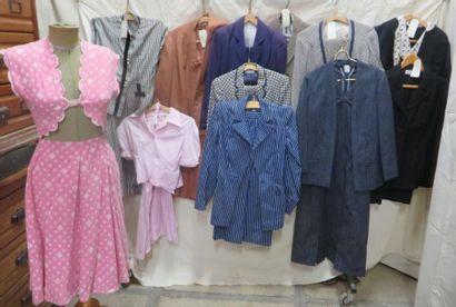 Douze ensembles, tailleurs ou vestes pour...