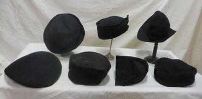 Sept chapeaux noirs pour femme, style XXe...