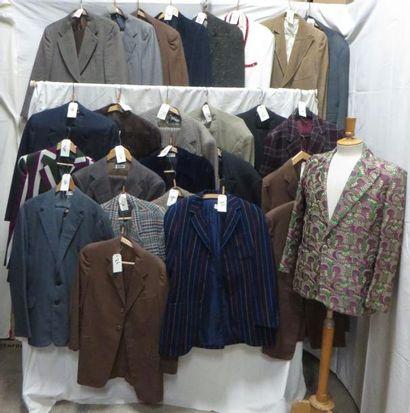 Environ vingt-six vestes ou costumes pour...