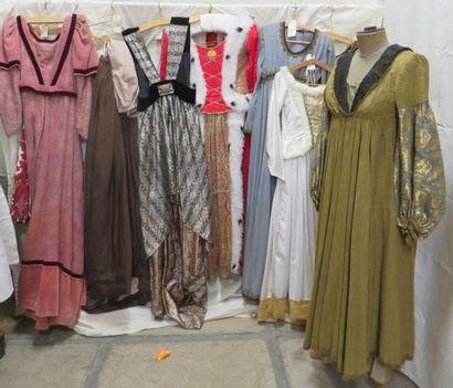 Lot comprenant sept robes et quatre jupes...