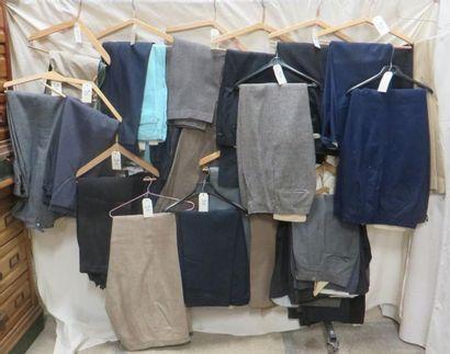 Une quarantaine de pantalons pour hommes,...