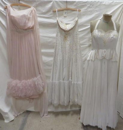 Trois robes de soirée pour femme, style XXe - Années 50. Matières: soie, voile de...