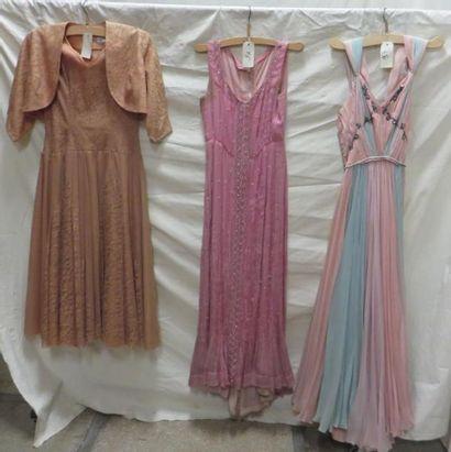 Trois robes de soirée dont une avec son spencer...